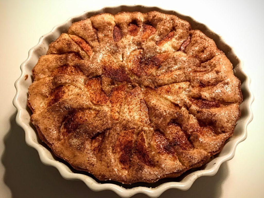æblekage med kanel og sukker
