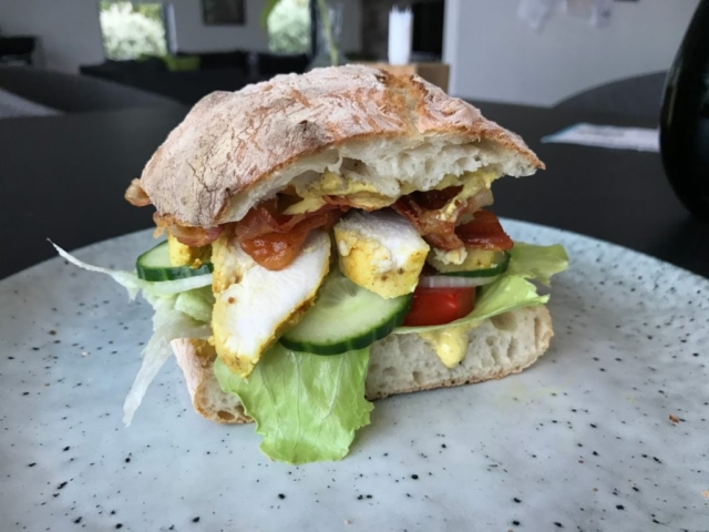 Lækker Club Sandwich opskrift Club sandwich med kylling og karrydressing clubsandwich sådan laver du lave din egen lækker lækre sandwich med kylling ciabatta ciabattabrød
