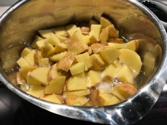 Svensk Pølseret opskrift på svenskpølseret hvordan laver man hjemmelavet kartofler
