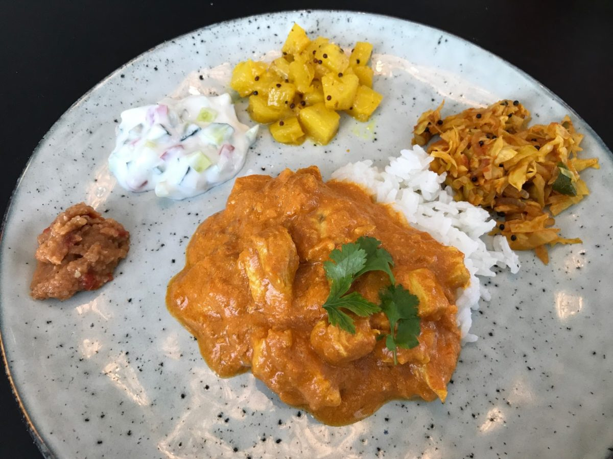 Chicken Tikka Masala god opskrift med diverse tilbehør hjemmelavet indisk mad