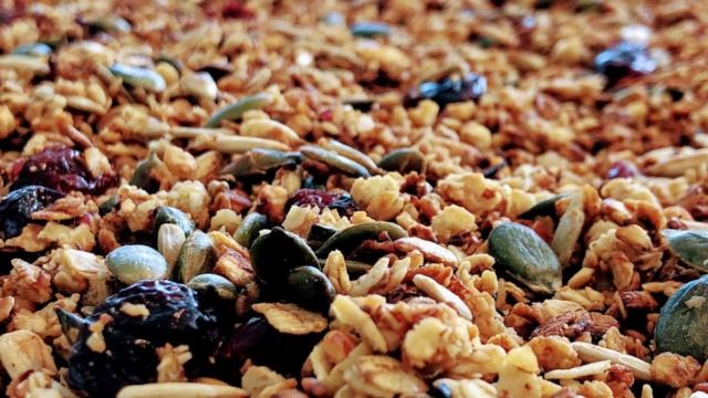 havregryn crunch af hjemmelavet mysli honningristet havregryns crunch smør græskarkerner solsikkekerner opskrift sådan laver du hvordan havregryn koldskålscrunch drys krunch mandler græskarkerner solsikkerkerne god bedste