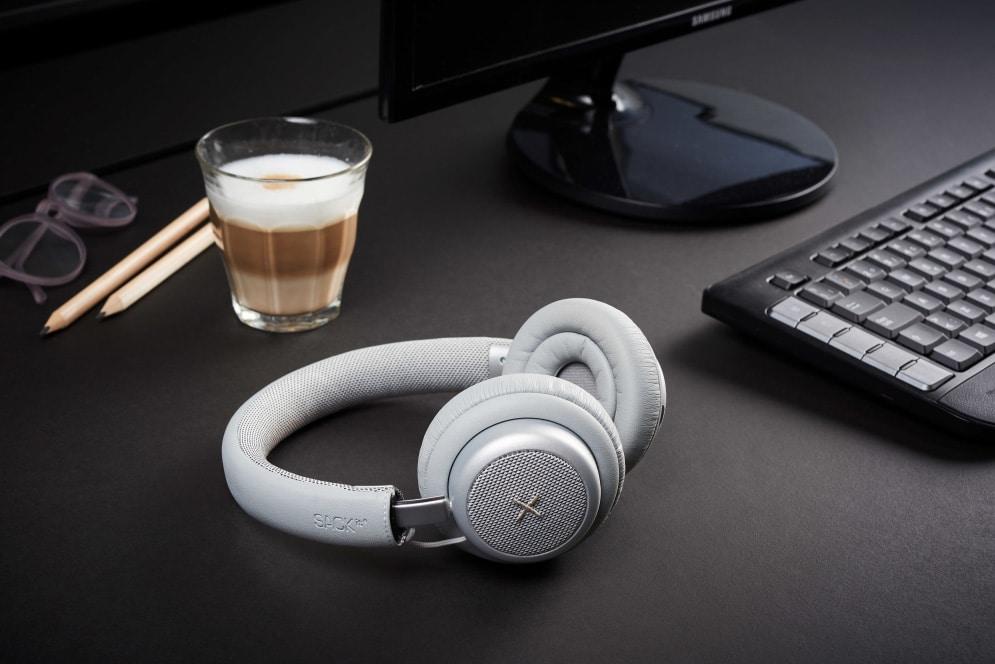 Grå udgave ved siden af kaffe - test af touchit hovedtelefoner med aktiv noise cancellation støjreduktion hovedtelefoner med støjdæmpning anmeldelse