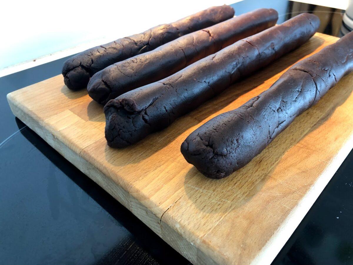 god opskrift på hjemmelavede træstammer med smørcreme hjemmelavet træstamme marcipan lækkert fyld rom romessens hvordan laver man sådan laver du