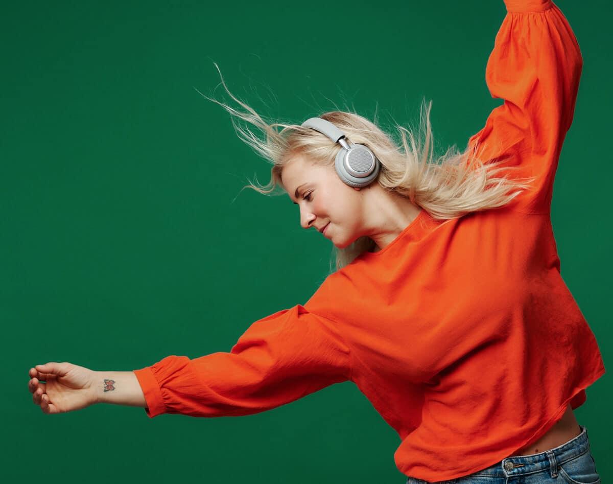 grå udgave på dansende kvinde - test af touchit hovedtelefoner med aktiv noise cancellation støjreduktion hovedtelefoner med støjdæmpning anmeldelse