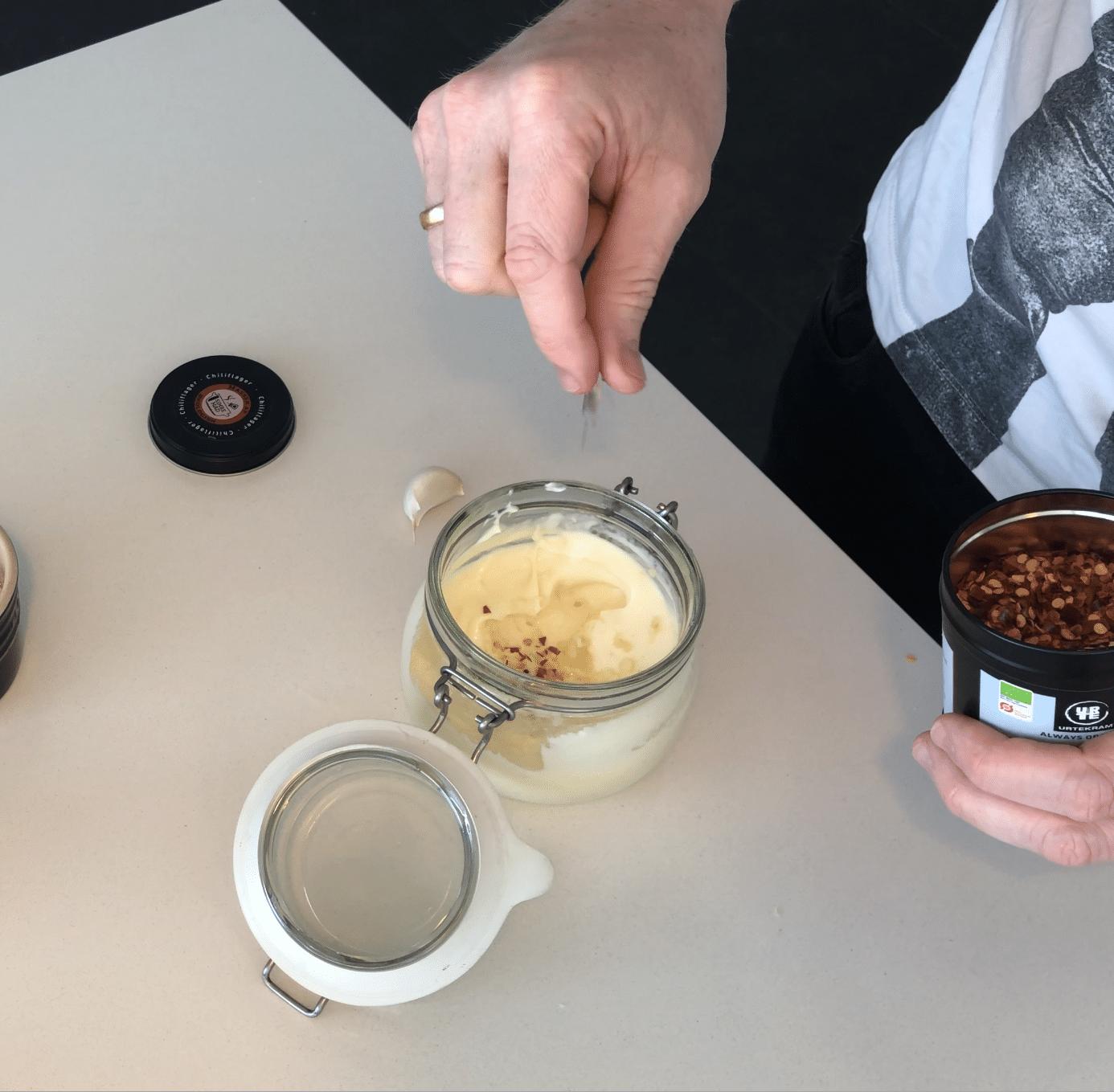 Hvidløg og chili tilsættes enten fra start, eller når du har lavet mayonnaisen hjemmelavet aioli opskrift