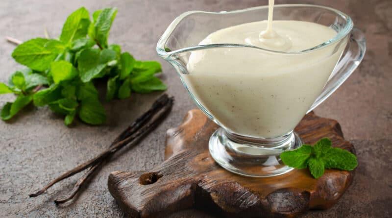 opskrift på råcreme raacreme perfekt til is og frugtsalat hjemmelavet vaniljecreme vanillecreme med æg opskrift på hvordan laver man råcreme