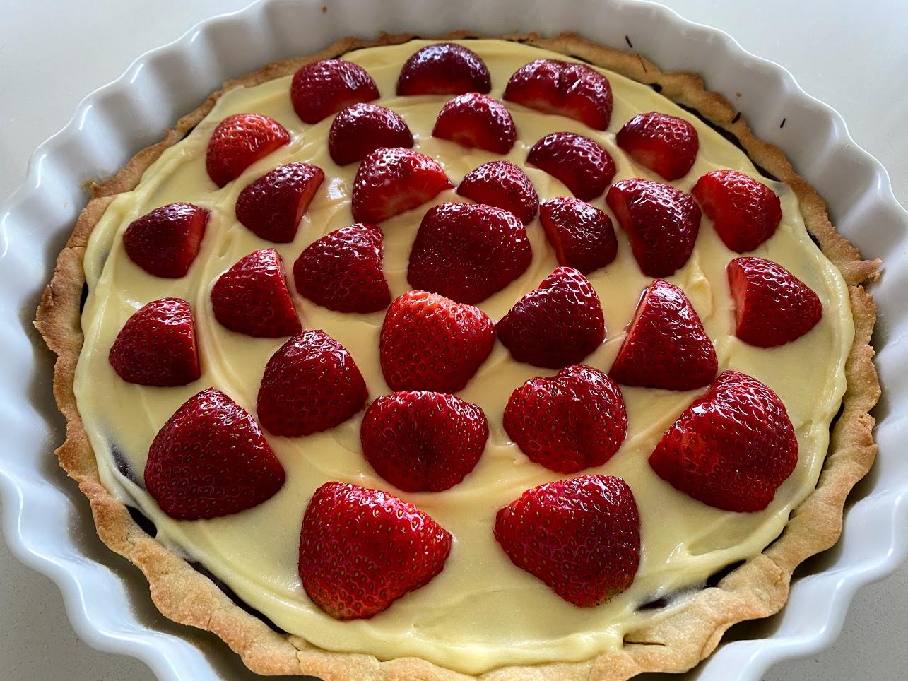 jordbærtærte med mørdejsbund og chokoladeovertræk chokolade mørdejsbund creme vaniljecreme opskrift på jordbærkage