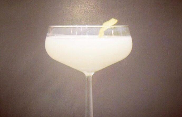 white lady cocktail contreau semi sec gin egg whites æggehvide citron hvor meget opskrift på cocktailen