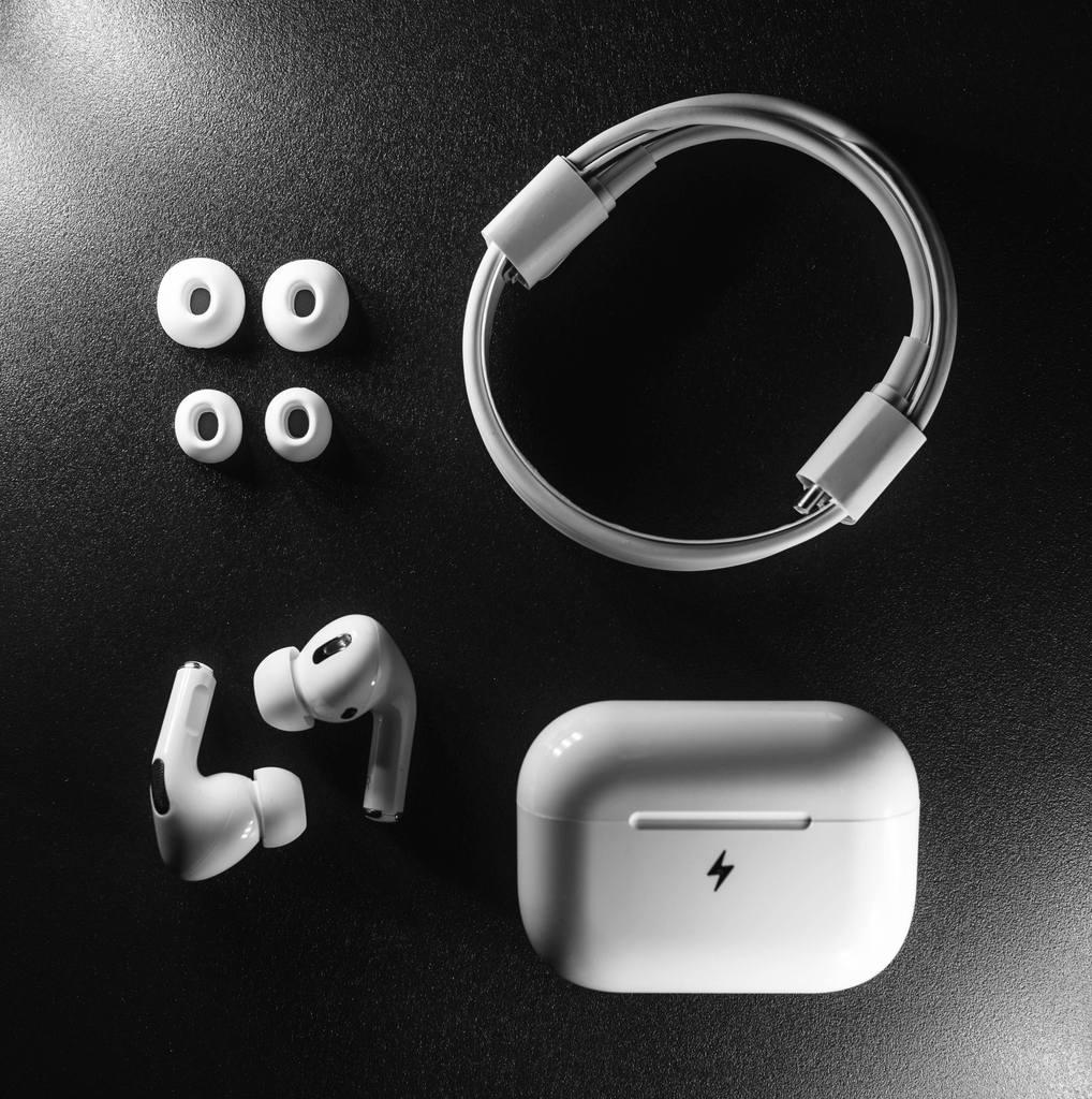 Test af JustBuds høretelefoner opbevaringsboks boks inear headset erfaring med dansk danske justsound.dk er de gode. opladning powerbank