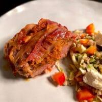 svinemørbrad med rød pesto svøbt svøb bacon skinke parmaskinke opskrift lækkert