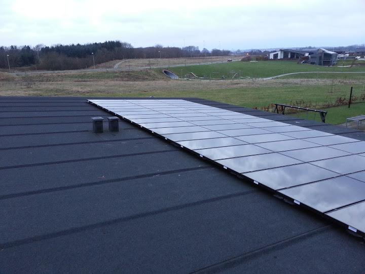 Solcelleanlæg fra VEenergy.dk på et næsten fladt tag…